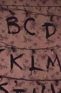 Absolutna gratka dla fanów Stranger Things - strona internetowa na wzór słynnej ściany z serialu