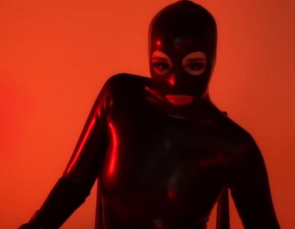 Sexmasterka śpiewa Poka Sowę, a internauci pokazują faki