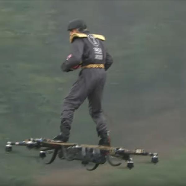 Człowiek przyleciał na dronie