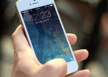 Zauważyłeś spadek wydajności baterii w swoim iPhone? Nie jesteś sam!