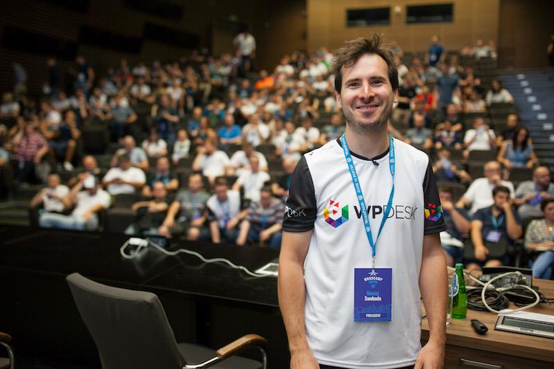 Maciej Swoboda z WP Desk, w tle uczestnicy WordCamp 2018 Poznań