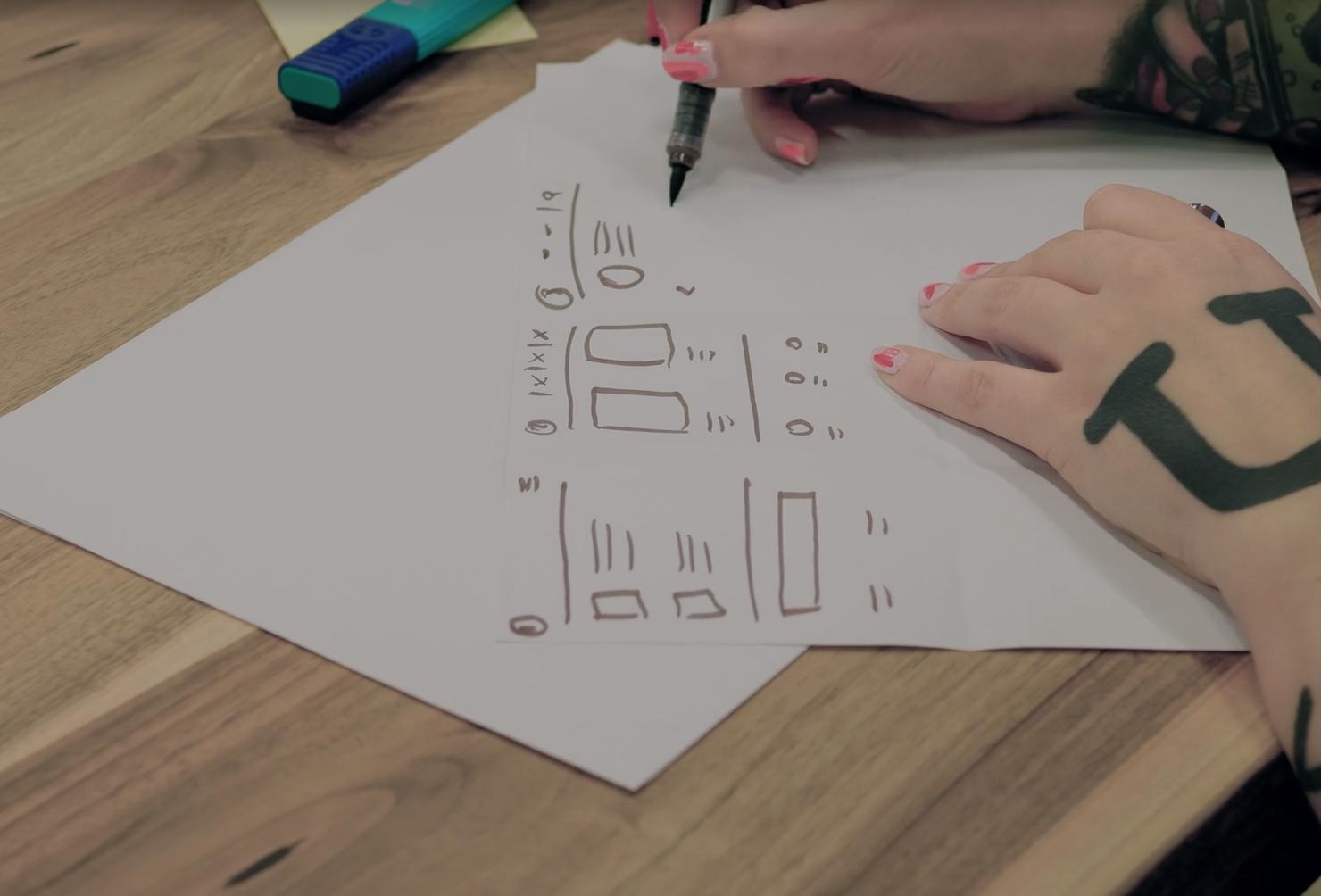 szkicowanie na kartce kilku elementów interfejsu przy użyciu markera