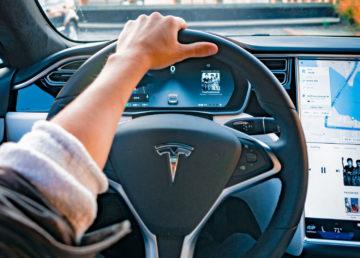 Autopilot Tesli rozpoznaje i pokazuje animowanych pieszych